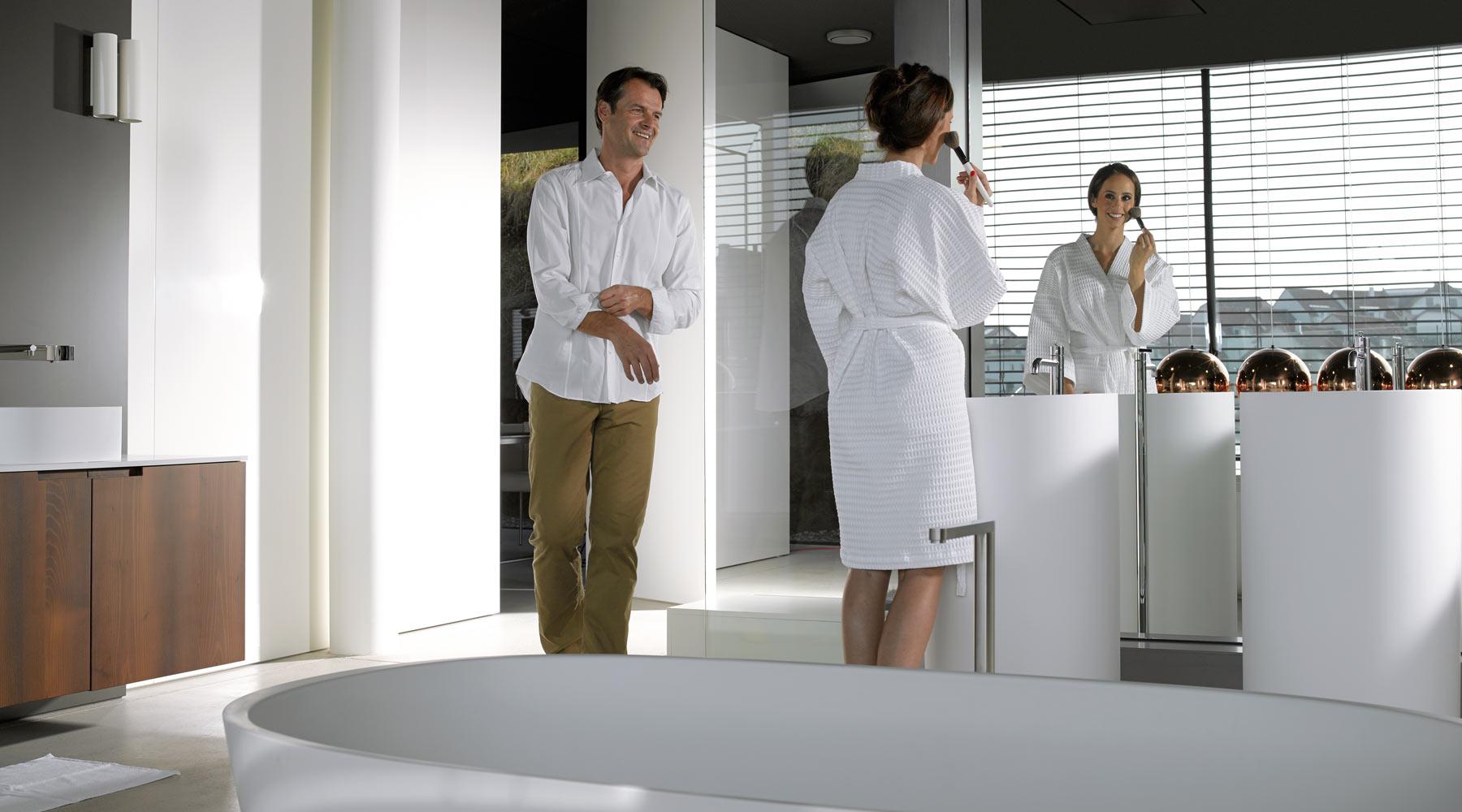Muž a žena v koupelně.