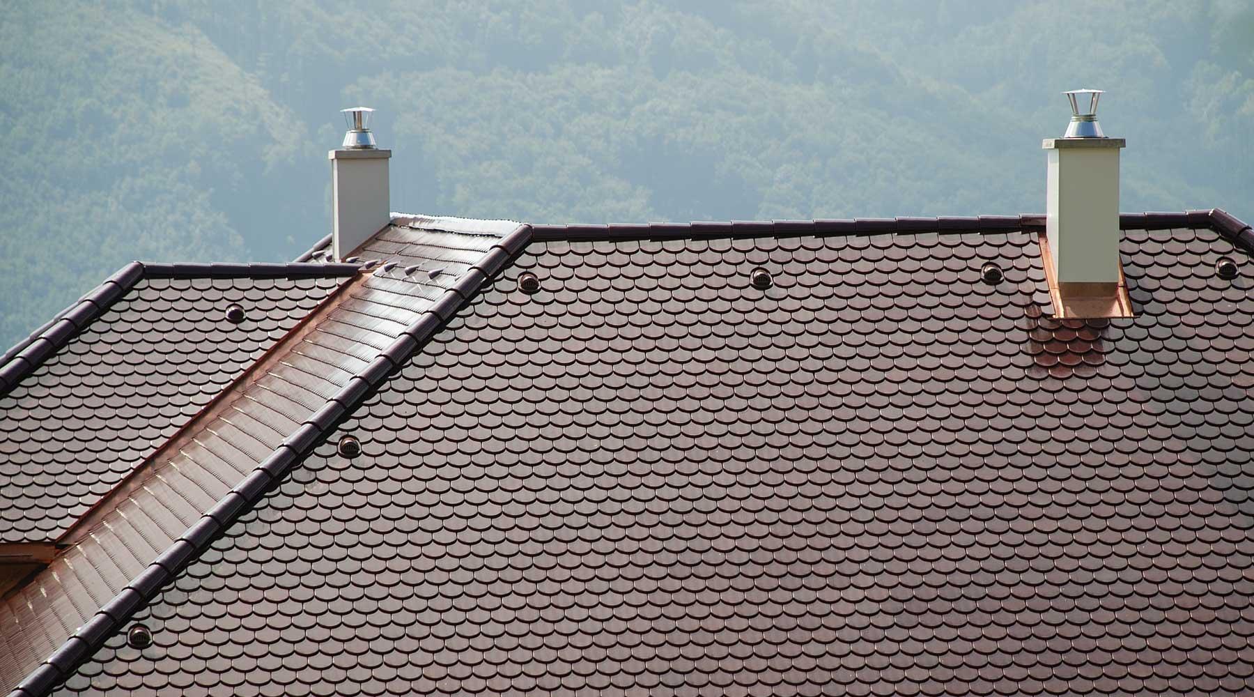 Komín nad střechou.