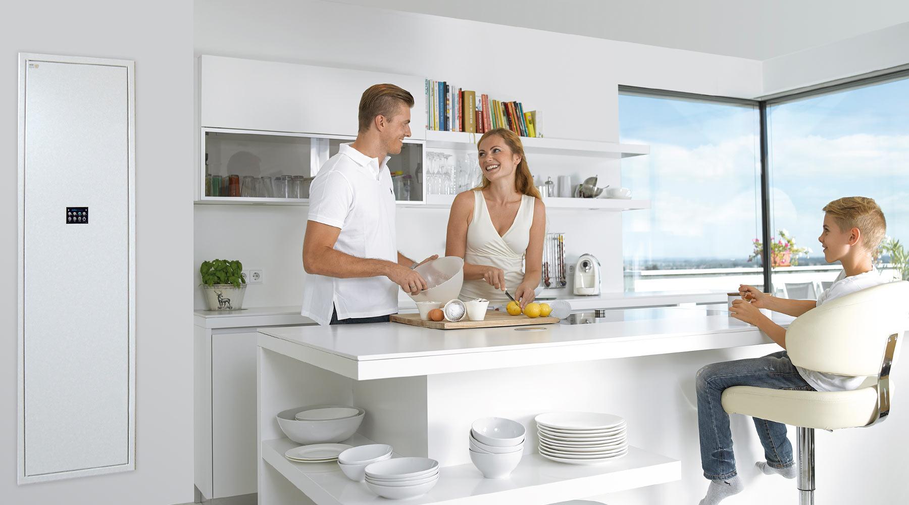 Pár a chlapec v kuchyni.