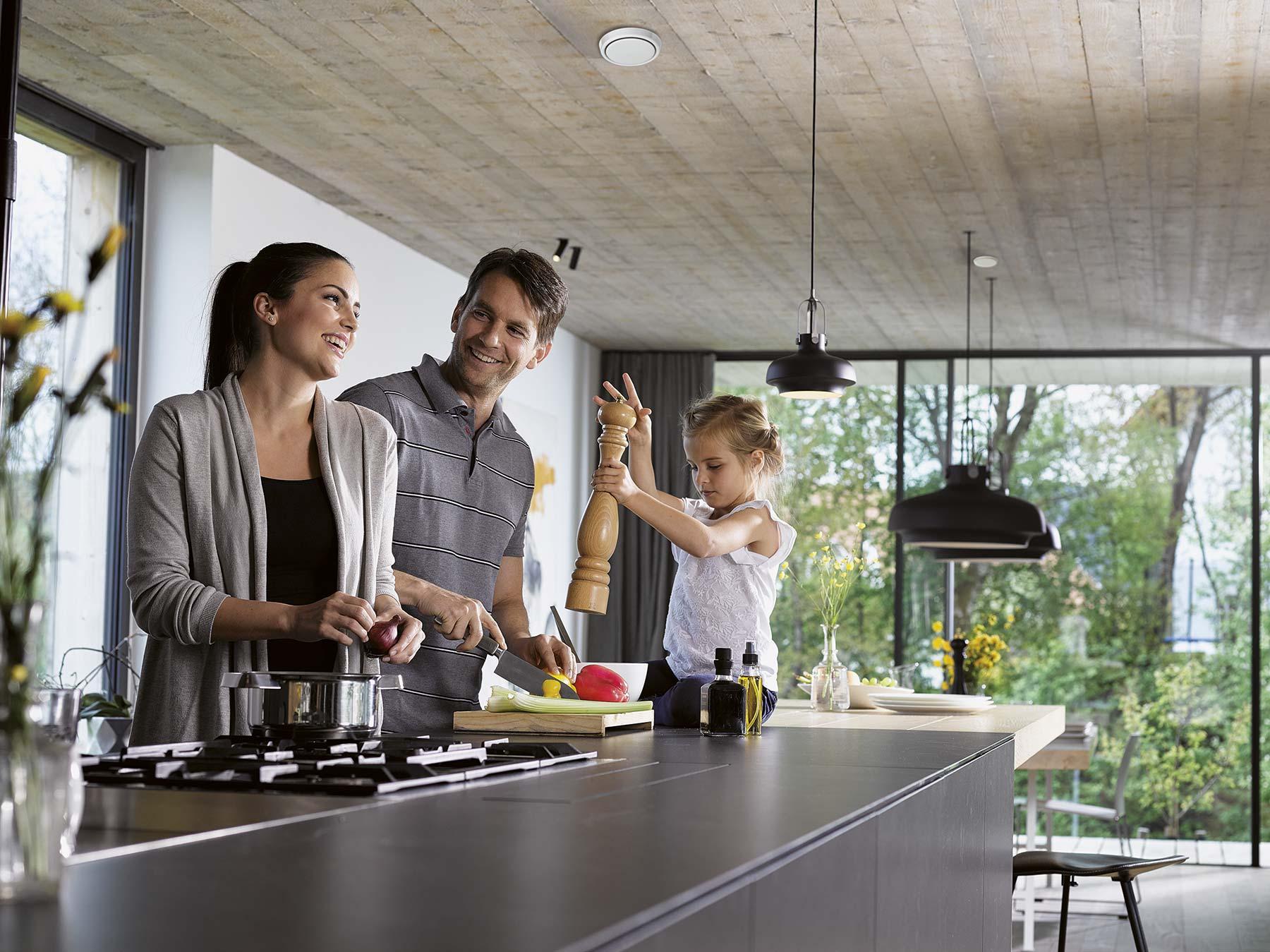 Žena, muž a holčička v kuchyni.