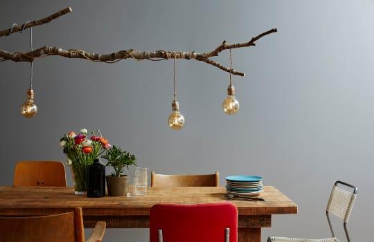 Dřevěný stůl s nádobím.