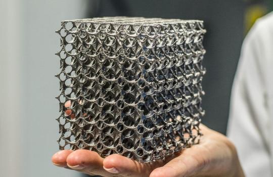 Designová ocelová kostka.
