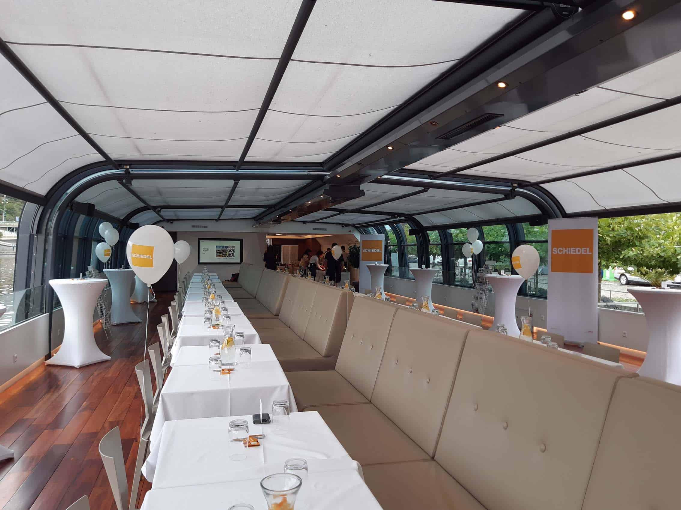 Provzdušněný interiér lodi.