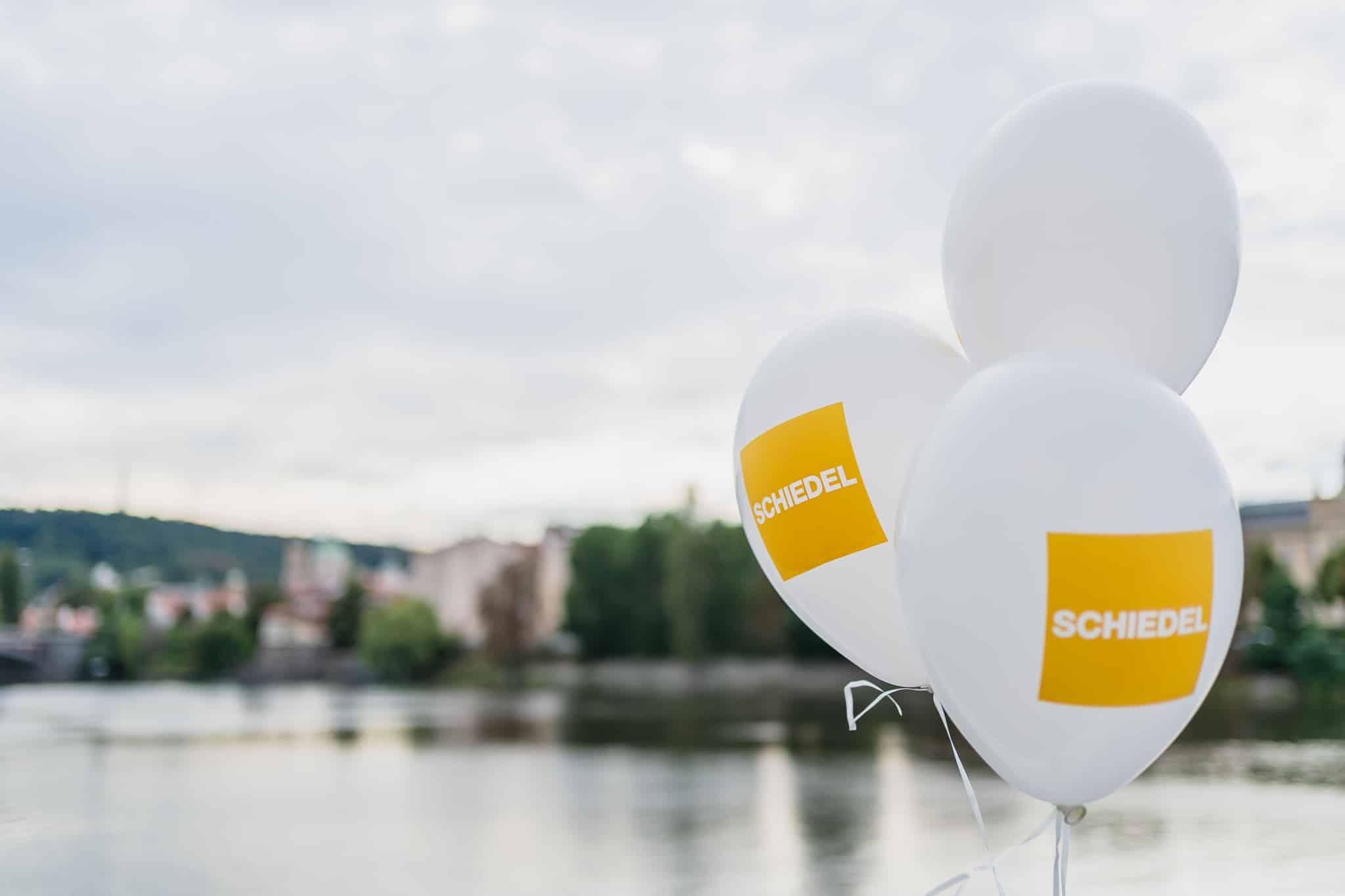 Balónky na řece.