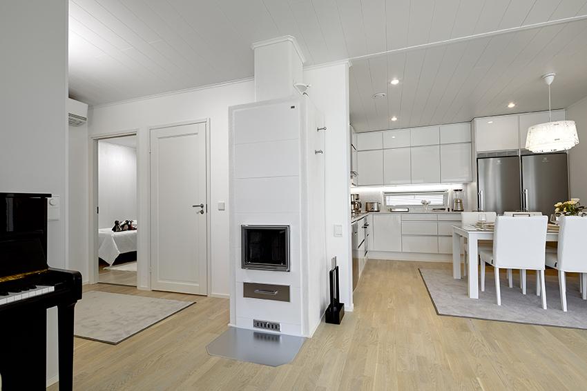 Valkoinen takka ja keittio