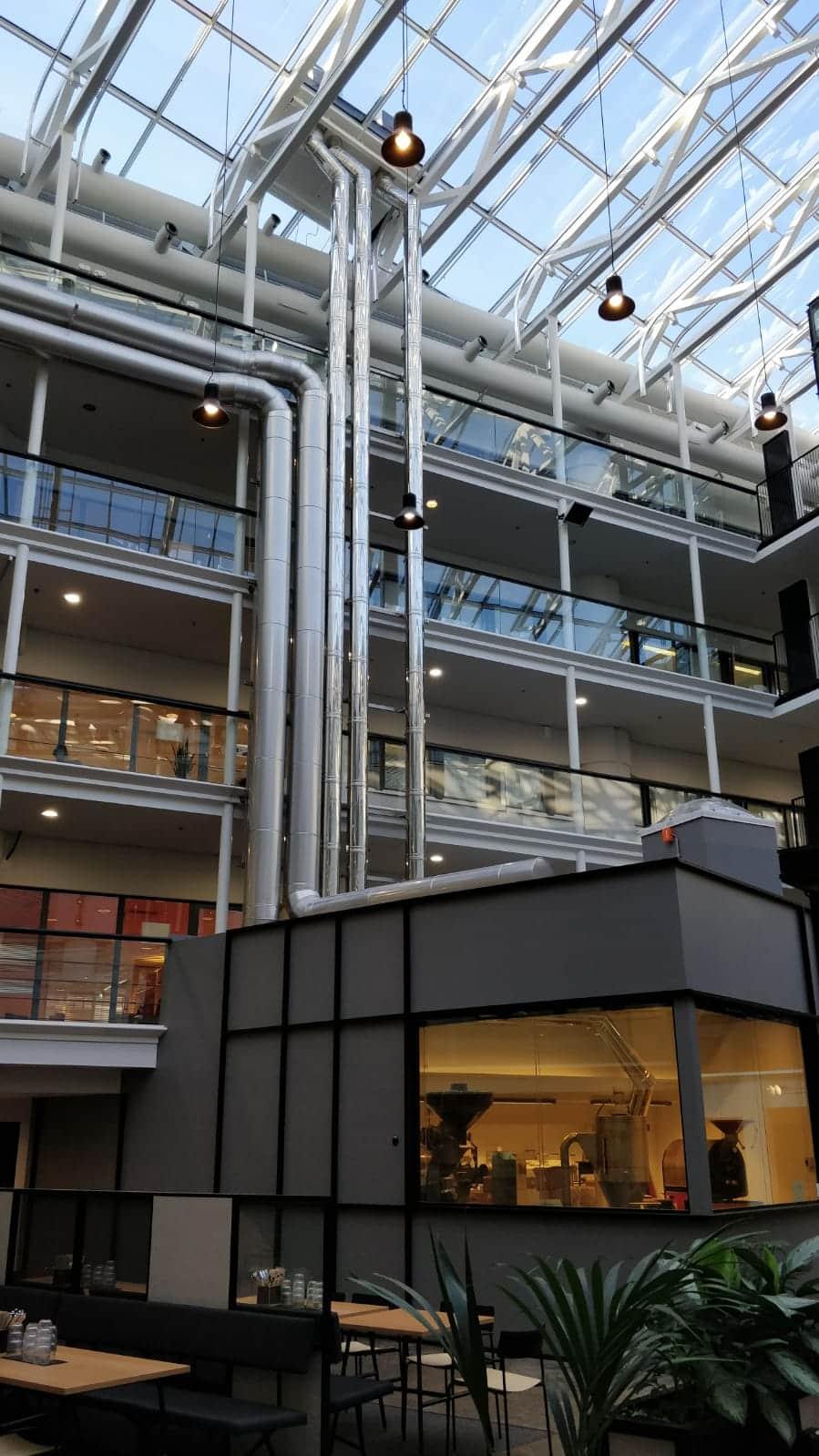 Schiedel ICS -teräspiippu toimistorakennuksessa