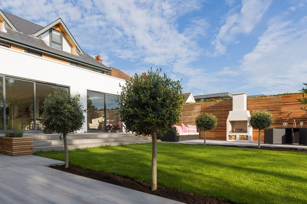 Māja ar pagalmu, kurā redzams Schiedel Isokern Gardenkamīns