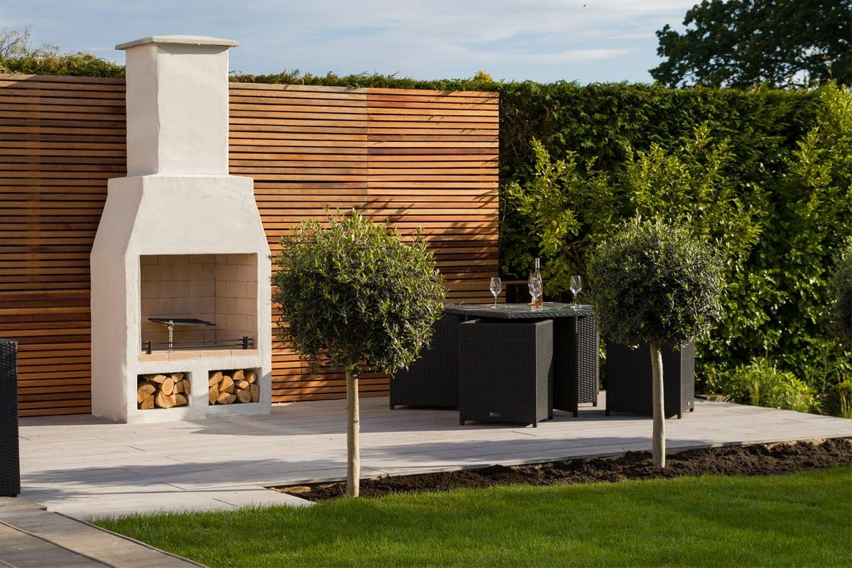 Schiedel Isokern Garden kamīns ar blakus uzklātu galdu rada omulīgu atmosfēru